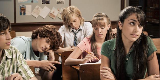 Adolescentes aburridos en el colegio