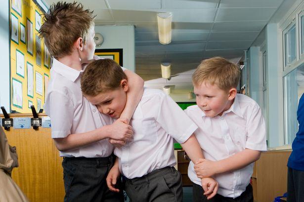 Mi hijo pega a otros niños en el colegio
