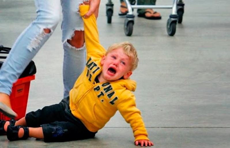 Por qué mi hijo preescolar se porta mal solo conmigo