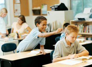 alumno hiperactivo 300x220 - ¿Por qué los alumnos se aburren en clases?